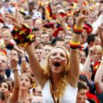 """ARCHIV - Ein weiblicher Fan der deutschen Fußballnationalmannschaft jubelt auf der Berliner Fanmeile während der Fußball-WM 2006 (Archivfoto vom 30.06.2006). Der Rausch ist verflogen, aber die gute Erinnerung an die Fußball Weltmeisterschaft 2006 in Deutschland ist geblieben. «Die WM war eine Begegnung von Menschen voller Glaube, Hoffnung und Liebe. Sie hat verkörpert, was den Fußball ausmacht», stellte Joseph Blatter, Präsident des Weltverbandes FIFA, mit Anerkennung ein Jahr nach dem «Sommermärchen» fest. Foto: Steffen Kugler (zu dpa-KORR: """"Ein Jahr danach: Zwanziger sieht «neues Bild der Deutschen durch WM»"""" vom 05.06.2007) +++(c) dpa - Bildfunk+++"""
